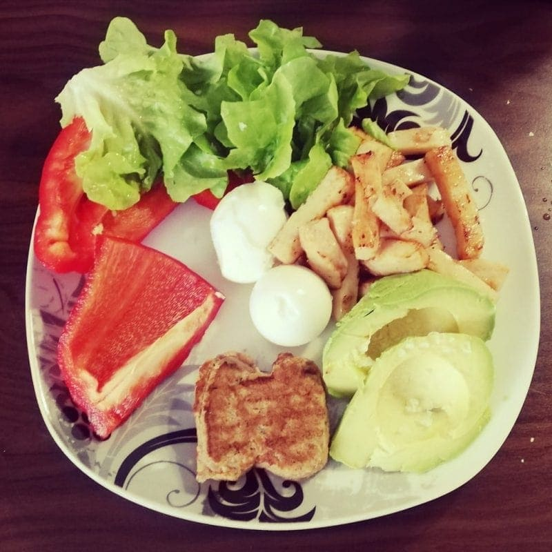 Plate with bell pepper meat avocados salad healthy eating